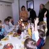 о.Григорий благословляет трапезу